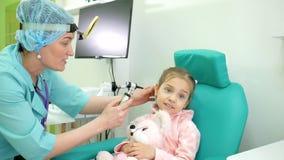 Gezondheidspreventie, overleg met ENT arts, otoscopie, raadsotolaryngoloog in kliniek, behandeling van ENT ziekten binnen stock video