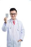 Gezondheidszorg en medisch concept - Aziatische mel arts met blaar p Royalty-vrije Stock Afbeeldingen