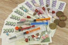 Gezondheidszorg financiering Het concept het betalen van medische handelingen Geldige Tsjechische bankbiljetten en muntstukken Royalty-vrije Stock Afbeelding
