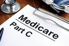 Gezondheidszorg voor bejaarden-Deel C documenten en stethoscoop stock foto