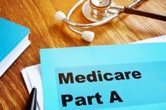 Gezondheidszorg voor bejaarden-Deel A documenten met stethoscoop stock fotografie