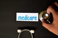 Gezondheidszorg voor bejaarden-inschrijving met de mening van stethoscoop royalty-vrije stock fotografie