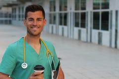 Gezondheidszorgarbeider tijdens koffiepauze Stock Afbeeldingen