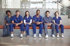 Gezondheidszorgarbeiders die in het modern ziekenhuis, lage hoek zitten stock fotografie