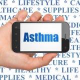 Gezondheidszorgconcept: Handholding Smartphone met Astma op vertoning Stock Afbeeldingen