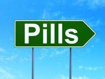 Gezondheidszorgconcept: Pillen op verkeerstekenachtergrond Royalty-vrije Stock Foto's