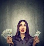 Gezondheidszorgkosten Gefrustreerde vrouw met pillen en dollarbankbiljetten Royalty-vrije Stock Afbeeldingen