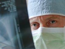 Gezondheidszorgspecialist Physician Surgeon Intensely Stock Afbeeldingen