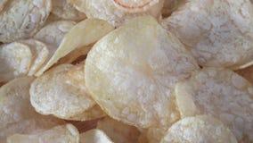 Gezouten chips stock video
