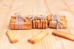 Gezouten crackers die met koord worden geketend stock foto
