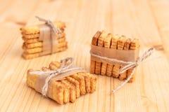 Gezouten crackers die met koord worden geketend royalty-vrije stock afbeelding