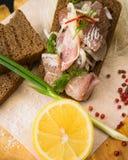 Gezouten die vissen met brood worden gediend Royalty-vrije Stock Fotografie