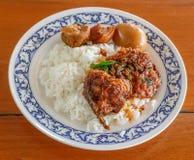 Gezouten eet vissen met Spaanse peperdeeg op rijst Stock Afbeeldingen