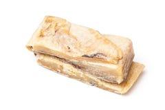 Gezouten kabeljauw of zoute die kabeljauw op een witte achtergrond worden geïsoleerd Stock Foto