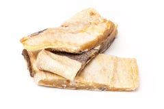 Gezouten kabeljauw of zoute die kabeljauw op een witte achtergrond worden geïsoleerd Stock Afbeelding