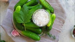 Gezouten komkommers natuurlijk het spinnen recept op grijze concrete langzame motie als achtergrond stock video
