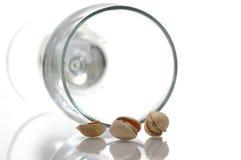 Gezouten pistache en glas Stock Foto