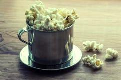 Gezouten popcorn op een houten lijst in een metaalkom Royalty-vrije Stock Foto