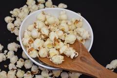Gezouten popcornsnacks Stock Foto's