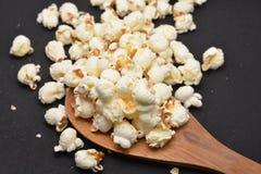 Gezouten popcornsnacks Stock Foto