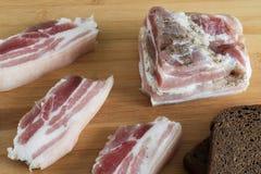 Gezouten reuzel met peper en knoflookclose-up, gesneden vet, stock afbeeldingen