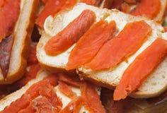 Gezouten rode stukken vissen op een brood. delicatesse voedsel Royalty-vrije Stock Afbeeldingen