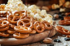 Gezouten stro in de vorm van pretzels, popcorn en zoute andere royalty-vrije stock fotografie