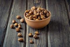 Gezuckerte Erdnüsse in einer braunen Schüssel Stockfotografie