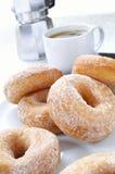 Gezuckerte Schaumgummiringe mit Kaffee Stockfotos