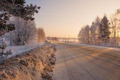 Gezuiverde weg van sneeuw in koude ochtend stock afbeeldingen