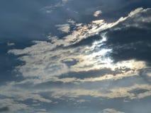 Gezwollen witte wolken en dramatische wolken Royalty-vrije Stock Fotografie