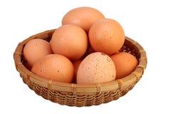 Ägg i korgen som isoleras på vit bakgrund med den snabba banan Arkivfoton