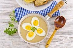 Ägg i senapsgultt sås Arkivfoton