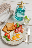 Ägg, rostat bröd och bacon för en sommar frukosterar Royaltyfri Fotografi
