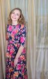 Ggirl在一件美丽的夏天礼服 免版税库存照片