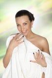 Ggirl που τυλίγεται σε μια άσπρη πετσέτα στοκ εικόνες με δικαίωμα ελεύθερης χρήσης