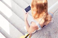 Ggirl используя smartphone стоковая фотография rf