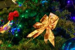 Ggoldenboog op een kunstmatige dichte Kerstboom Royalty-vrije Stock Afbeelding