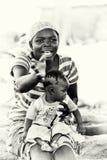Ghański macierzysty bierze opiekę jej dzieci Fotografia Royalty Free