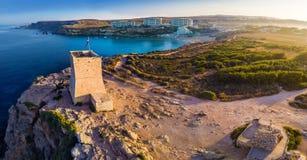 Ghajn Tuffieha,马耳他- Ghajn Tuffieha与金黄海湾海滩的手表塔空中全景  库存图片