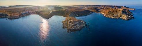 Ghajn Tuffieha,马耳他- Ghajn Tuffieha海岸的空中全景地平线视图与金黄海湾,里维埃拉海湾的 免版税库存照片