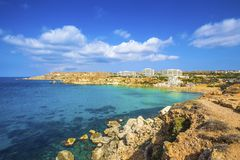 Ghajn Tuffieha, Malta - opinião panorâmico da skyline da baía dourada, ` s de Malta a maioria de Sandy Beach bonito imagem de stock