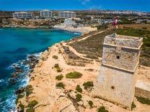 Ghajn Tuffieha, Malta - Piękny Ghajn Tuffieha zegarka wierza i Złota zatoka wyrzucać na brzeg na jaskrawym letnim dniu obrazy stock