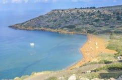 Ghajn tuffieha, złoty plażowy przegląd zdjęcie stock