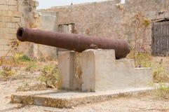 Ghajnsielem Malta - Maj 12, 2017: Gammal medeltida kanon på Abandoned isoleringssjukhuset på den Comino ön Royaltyfri Bild