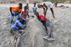 Ghanaians sulla spiaggia per il 1° maggio, festa di giorno di lavoro Fotografia Stock
