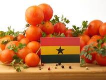 Ghanaische Flagge auf einer Holzverkleidung mit den Tomaten lokalisiert auf einem Whit Lizenzfreies Stockbild