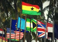 Ghanaische Flagge unter internationalen Flaggen lizenzfreie stockfotografie