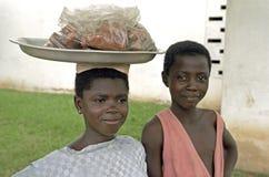 Ghanaischer Bruder und Schwester verkaufen Lebensmittel in Kumasi Stockbild