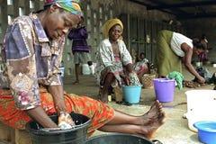 Ghananska kvinnor i färgrik klädtvagningtvätteri fotografering för bildbyråer